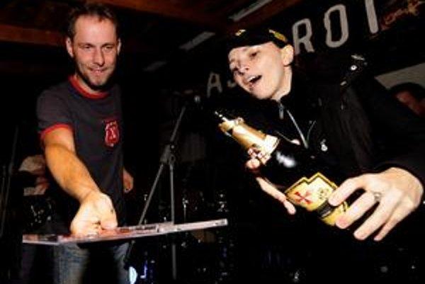 "Novinku kapely Astarot pokrstila šampanským speváčka kapely Sendbridge Tinka a spevák Miroslav ""Jegor"" Gejdoš."