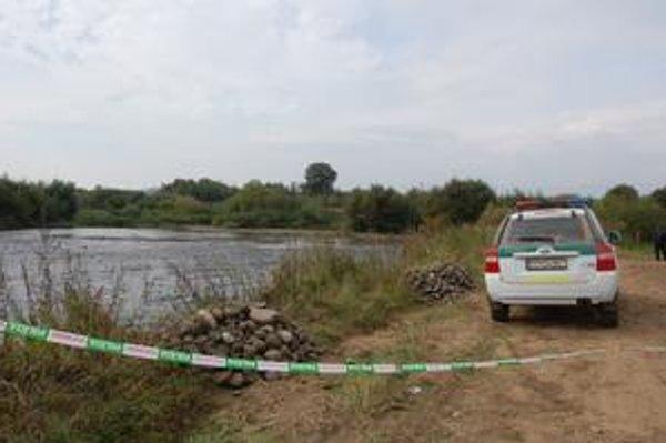 Rieka Poprad. Predvčerom našli pri tejto rieke policajti zavraždeného starčeka. Bol si tu pre prútie.