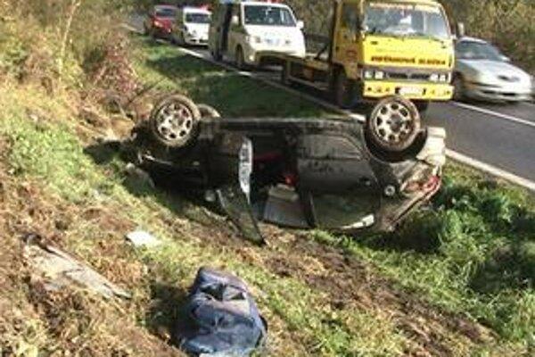 Ranná havária. Auto skončilo na streche, vodič z Popradu sa, našťastie, nezranil.