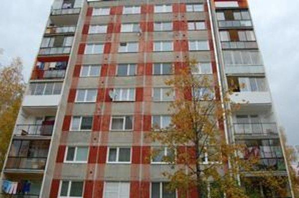 Tu žila Ľudmila. Po páde zo siedmeho poschodia Ľudmila zomrela. V tom istom bloku nedávno muž preliezal balkón z druhého na prvé poschodie. Vážne sa pri tom zranil.