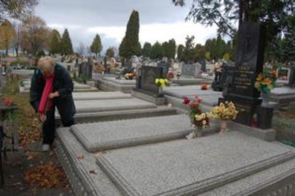 Popradčanka Etela Martinková v predstihu umyla hrob svojich najbližších a pozametala lístie. Dnes zapáli sviečky a prinesie vence, kým na cintoríne nie je ešte toľko ľudí.