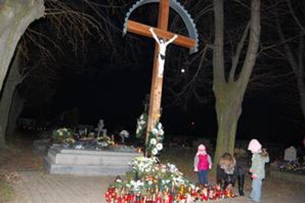 Zuzana Vojteková s dcérkou Romankou a Viktóriou. Pri kríži Ježiša Krista zapálili sviečku a zaspomínali na svojich najbližších.