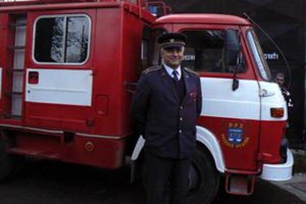 Cisterna. Miestni hasiči ju kvôli častým požiarom v Hornádskej doline potrebujú ako soľ. Pred cistrenou veliteľ obecného hasičského zboru v Spišskom Bystrom František Kundis.