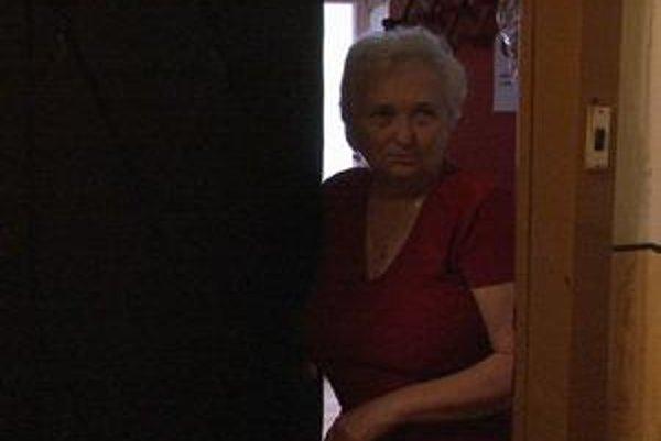 Suseda Veronika. Okradnutej žene musela otvoriť dvere, lebo zostala aj bez kľúčov.
