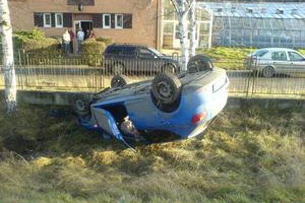 Seat. Takto skončil na streche. Posádka vyviazla bez vážnych zranení.