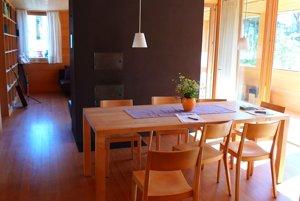 Jedáleň z prírodných materiálov v bytovom dome vo Vorarlbergu.