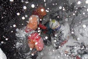 Mladíci sa stratili v juhozápadnom pilieri výbežku Mlynického Soliska, približne 100 metrov pod hrebeňom. Horská služba ich práve našla.