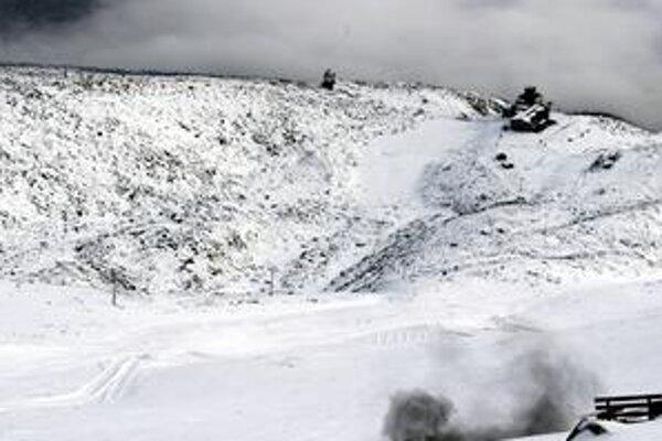 Aby splnila účel, nálož musí vybuchnúť nad povrchom snehu.