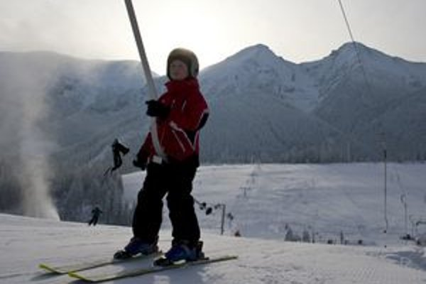 Svahy nad Ždiarom zapĺňajú najmä mladí lyžiari.