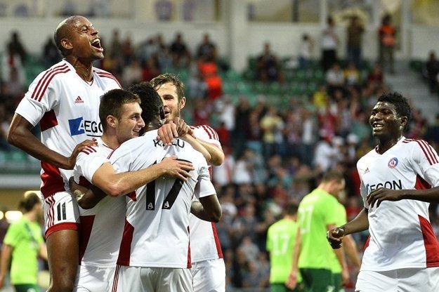 Strelec druhého gólu Trenčína Matúš Bero (druhý zľava) sa teší po góle so spoluhráčmi v odvetnom zápase 2. predkola Ligy majstrov AS Trenčín - NK Olimpija Ľubľana.