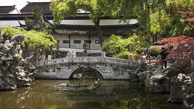 Záhrada levieho lesa je pokojné miesto v Suzhou, ulice v centre mesta však kypia životom a množstvom ľudí.