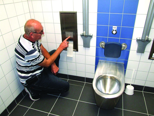 Pohľad do kabínky automatizovaných toaliet.