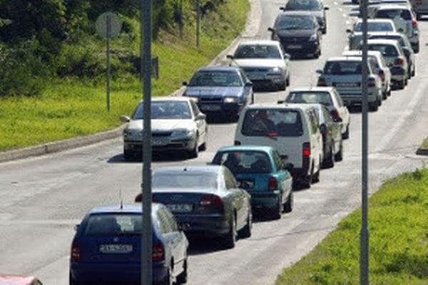 Dvojprúdová cesta medzi Prievidzou a Trenčínom je nodstatočná.