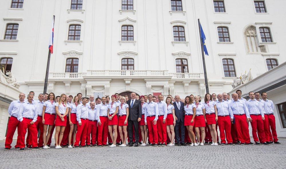 Slovenskí olympionici spolu s prezidentom SR Andrejom Kiskom a prezidentom SOV Františkom Chmelárom.