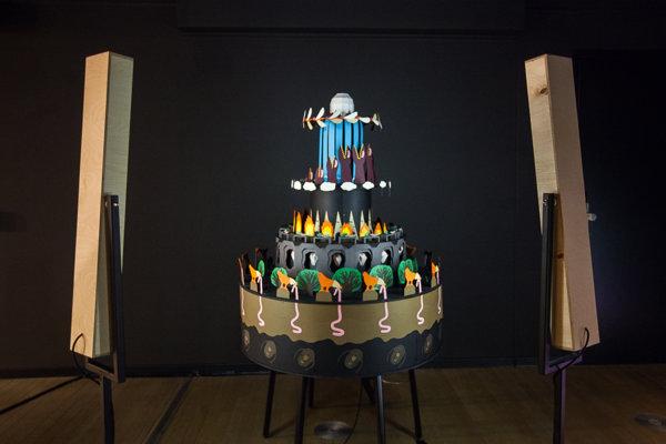 GIF naživo - objekt Krása života vychádza z historickej optickej hračky zoetrope. Na viacposhodovej torte sú umiestnené časti animácie, ktoré sa dajú rozkrútiť a podľa rýchlosti pohybu ich osvetľuje stroboskopické svetlo.