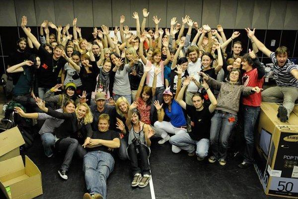 Na snímke dobrovoľníci, ktorí pomáhajú pri organizácii festivalu Divadelná Nitra.