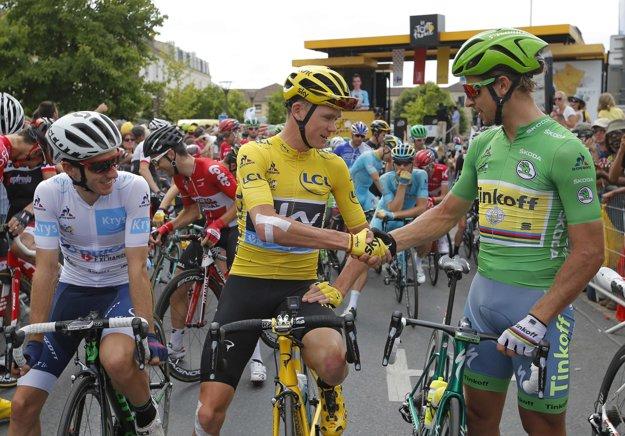 Peter Sagan si podáva ruku s víťazom Tour de France Chrisom Froomom.