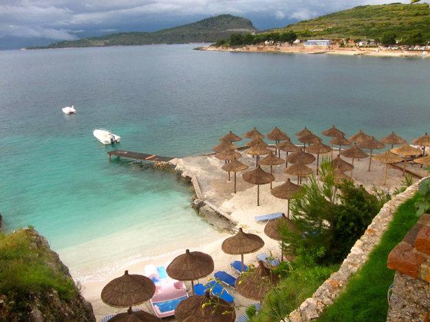 Pláže Albánskej riviéry v okolí Saranda pripomínajú Karibik.