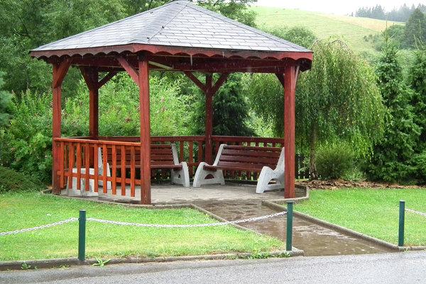 Obec obnovila park pri ceste vďaka dotácii.