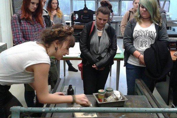 Vysokoškoláčka pripravila tvorivé dielne pre stredoškolákov.