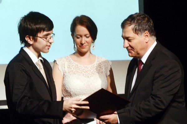 Cenu za najlepšiu slovenskú reportáž o vede a technike odovzdal generálny riaditeľ Centra vedeckotechnických informácií Ján Turňa (vpravo), cenu v súťaži amatérsky film v kategórii 13 - 17 rokov získal Adrián Ďurči (vľavo).