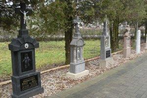 Dobové náhrobníky nevyhodili, ale ich osadili vedľa chodníka k domu smútku.