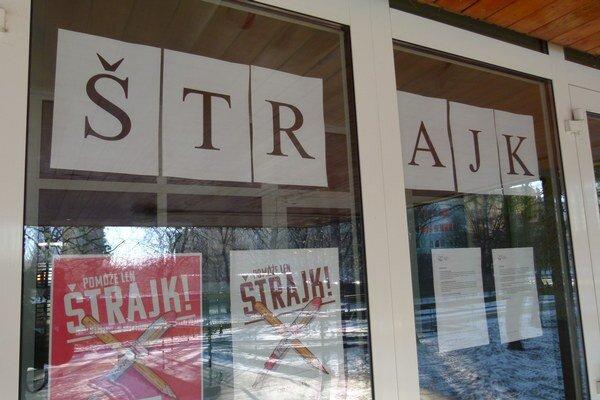 Štrajkuje vyše tridsať škôl v okrese.