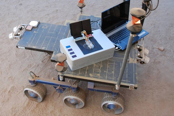 Chemicky laptop zatiaľ vedci testovali len v laboratórnych podmienkach. Na fotke môžete vidieť aj porovnanie veľkosti zariadenia z NASA a obyčajného laptopu.