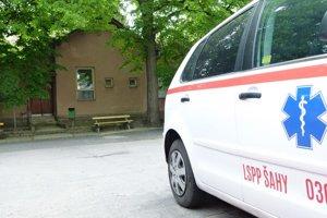 Pred budovou, kde bola donedávna pohotovosť, stojí zaparkované služobné auto.