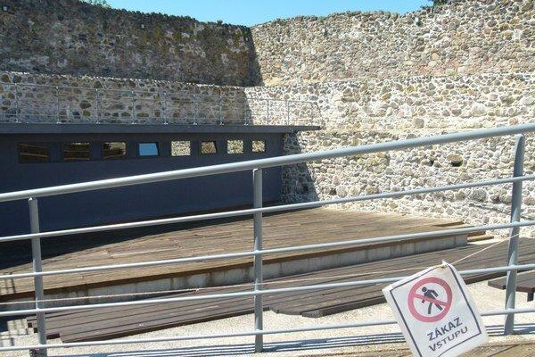 Po niekoľkoročnej pauze sa vlani začalo premietať v malom amfiteátri v hradnom areáli. Teraz je aj ten zatvorený.