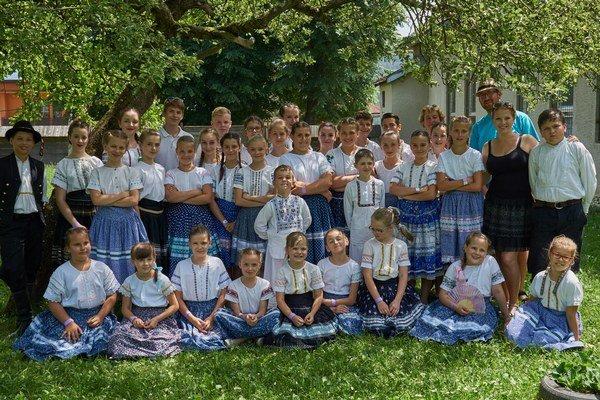 Členovia súboru Tekovanček.