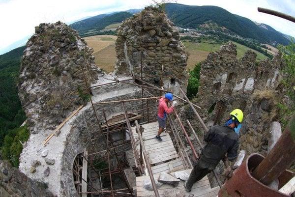 Hrad Šášov postupne obnovujú. Postup prác priblíži združenie aj počas hradných hier.