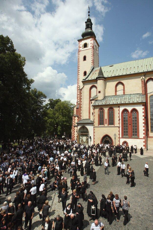 Na poslednej rozlúčke s biskupom Balážom sa zišli stovky ľudí.