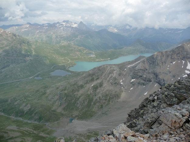 Na jednej strane ľadovec, otočka o 180 stupňov a zelené údolie s azúrovým Lago Bianco. Parádny kontrast. Pripadali sme si ako v Himalájach odmocnených na x- tú (x>100).