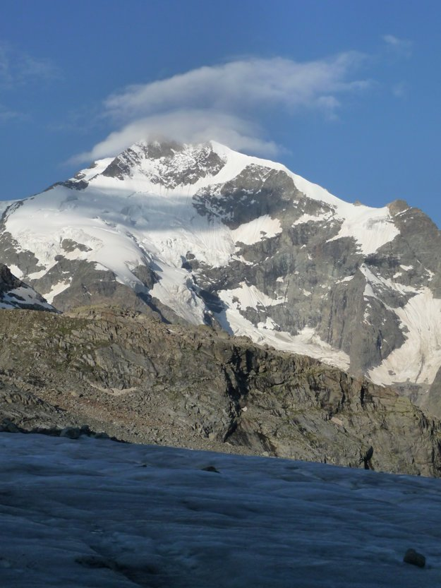 Vpravo legendárny Biancograt, vľavo naša výstupová trasa. V mráčiku sa skrýva Piz Bernina.