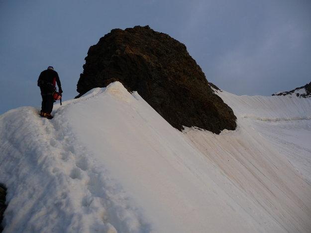 Vrcholový hrebeň, miestami má necelý meter. Bralo pred nami sme spodkom obišli. Mačky a cepín sa zabárali dosť hlboko, rýchlo sme odtiaľ  pratali. Rýchlo a bezpečne. Neviem čo by na to povedal poisťovací agent. Za poistku na horách sme zaplatili po 15 eur. Príplatok bol za výšku nad 3500 metrov a zásah vrtuľníka. Ale na to vôbec nemyslíte.