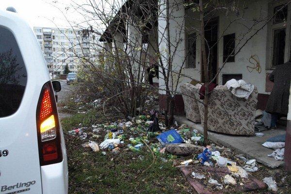 Priestor pred objektom obývaným bezdomovkyňou.