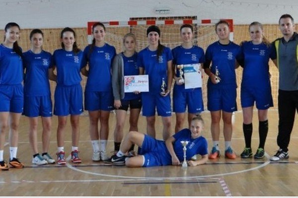 Víťazné družstvo dievčat zo Strednej odbornej školy hotelových služieb a obchodu v Nových Zámkoch.
