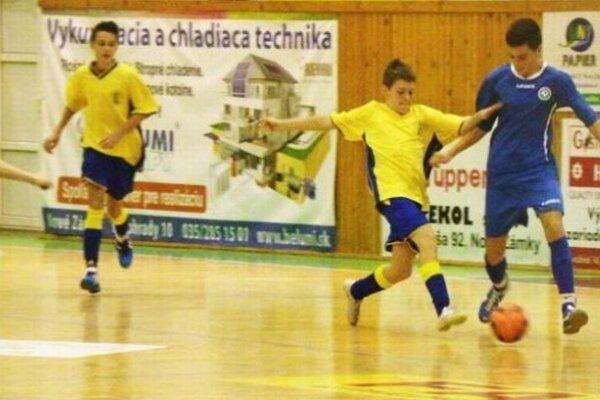Záber zúvodného duelu turnaja medzi Novými Zámkami (v žltom) aNitrou, ktorý sa skončil nerozhodne 0:0.