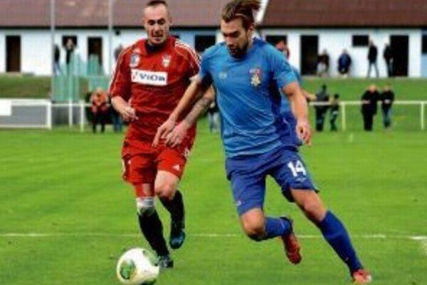 Kalná n/Hr. vyhrala vonku až 4 zápasy, jeden z nich vo Volkovciach. Na snímke Jozef Chovanec a Juraj Pacalaj.