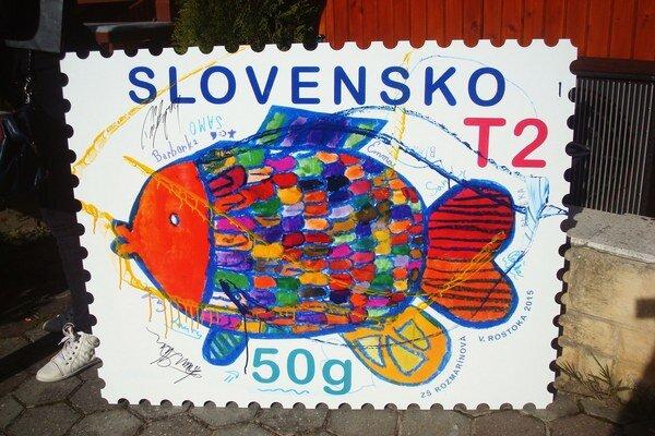 Pestrofarebný výherný kapor na poštovej známke.