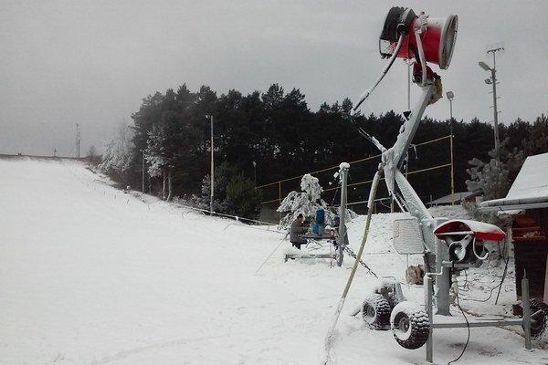 Svah sa pokrýva technickým snehom.