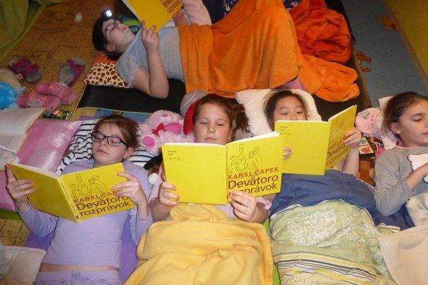 Netradičné pyžamové čítanie na Hradnej škole sa deťom veľmi páčilo