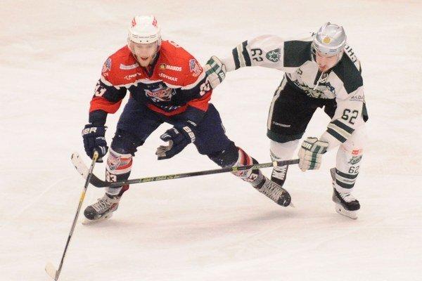 Jakub Linet z Bardejova (vľavo) a Martin Chovan z Nových Zámkov vo štvrtom zápase finále play off I. ligy HC Nové Zámky - HC 46 Bardejov.
