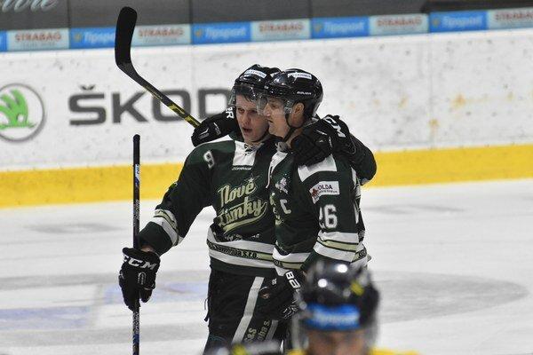 Martins Jakovlevs a Marek Dubec počas záverečného 12. kola baráže o Tipsport Ligu ŠHK 37 Piešťany - HC Nové Zámky v Piešťanoch.