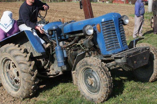Traktorista (52) po zasiahnutí zadným kolesom traktora utrpel vážne poranenia viacerých častí tela. (ilustračná snímka.)