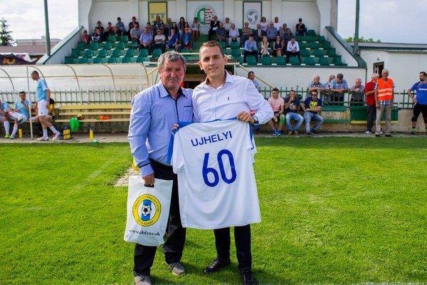 Františkovi Újhelyimu (vľavo) gratuluje predseda ObFZ Nové Zámky Peter Kováč