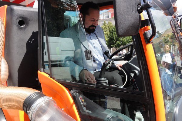 V utorok mesto prevzalo multifunkčné vozidlo.Za volant si sadol aj primátor.