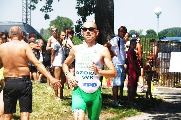 Miro Ozorák dobieha do cieľa pretekov na treťom mieste v absolútnom hodnotení.
