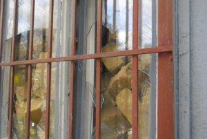 Po vandaloch zostali zničené okná, dvere i steny bunky.